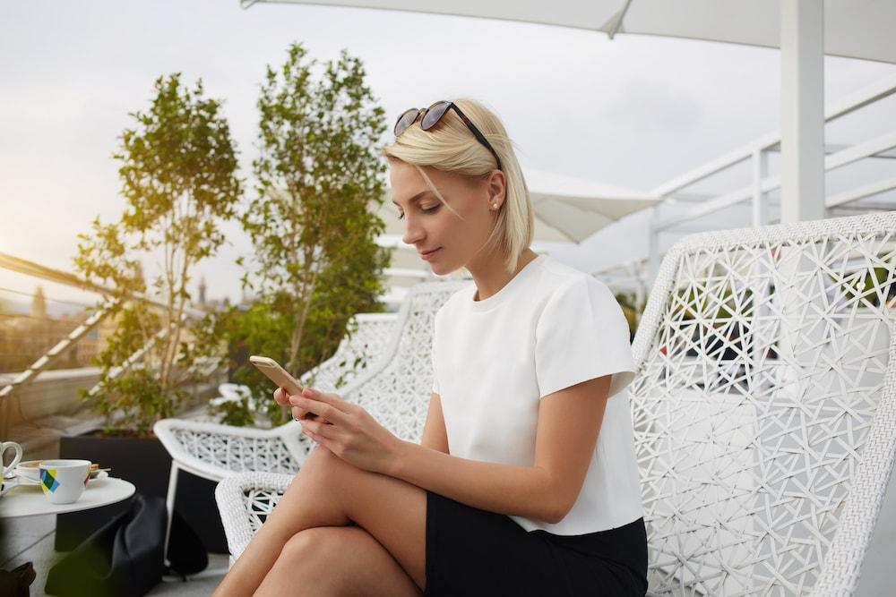 woman-mobile-learning-outside